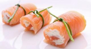 Roulés de saumon fumé, chèvre frais et pamplemousse