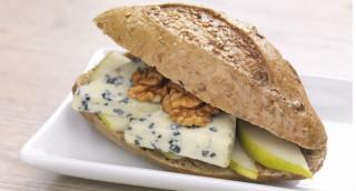 Sandwich pomme-roquefort-noix