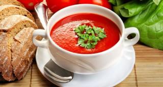 Soupe de tomates, oignons, persil et menthe