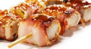 Brochettes de thon au lard, sauce aigre-douce