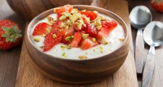 Fromage blanc aux fraises et éclats de pistache